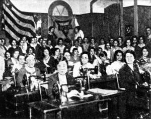 Centenas de mulheres voluntariam para costurar as fardas.