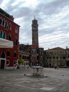 Veneza, Itália.  Praça deserta.  Foto Marilynn.