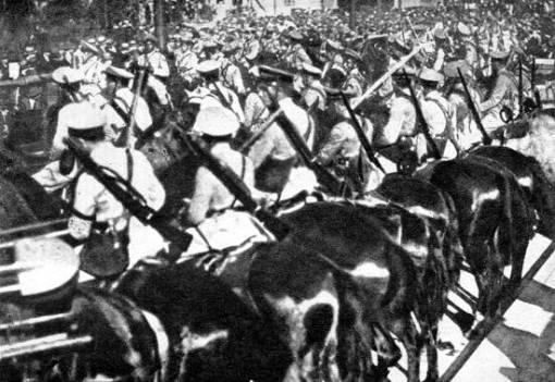 Dia e noite seguiam tropas para a frente. Revolução de 1932.