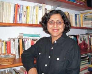 A escritora Thrity Umrigar.