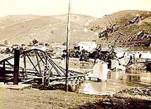 Ponte destruida pelas tropas paulistas no Rio Paraiba, 19-9-1932.