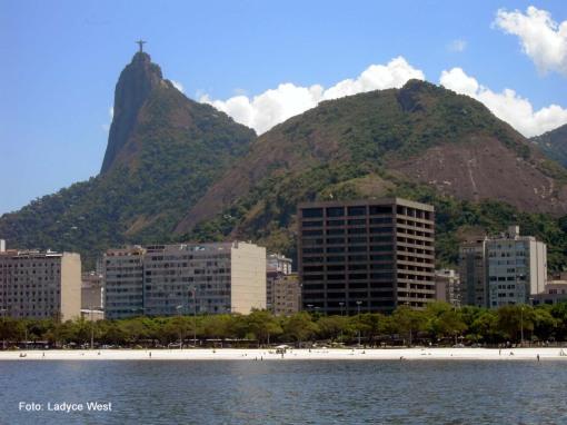 Praia de Botafogo, ao fundo O Corcovado, RJ.  Foto: Ladyce West