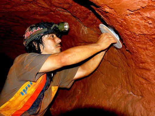 Francisco Buchmann fazendo moldes de marcas das paredes numa paleotoca.  Foto: Francisco Buchmann.