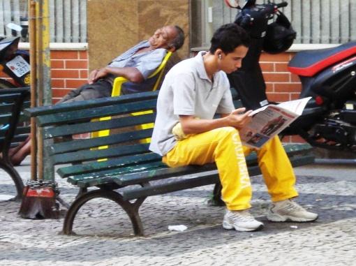 Homem lendo, tarde de Copacabana