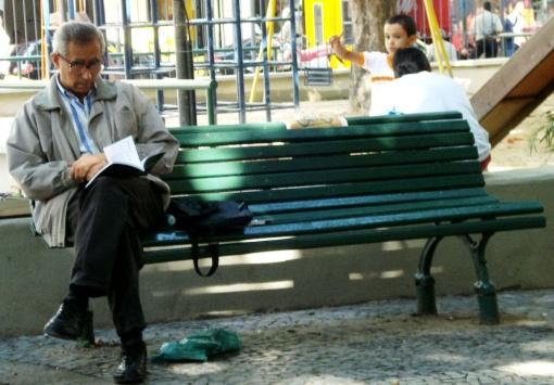 Brasileiro lendo dando espaço no banco para outros 1610