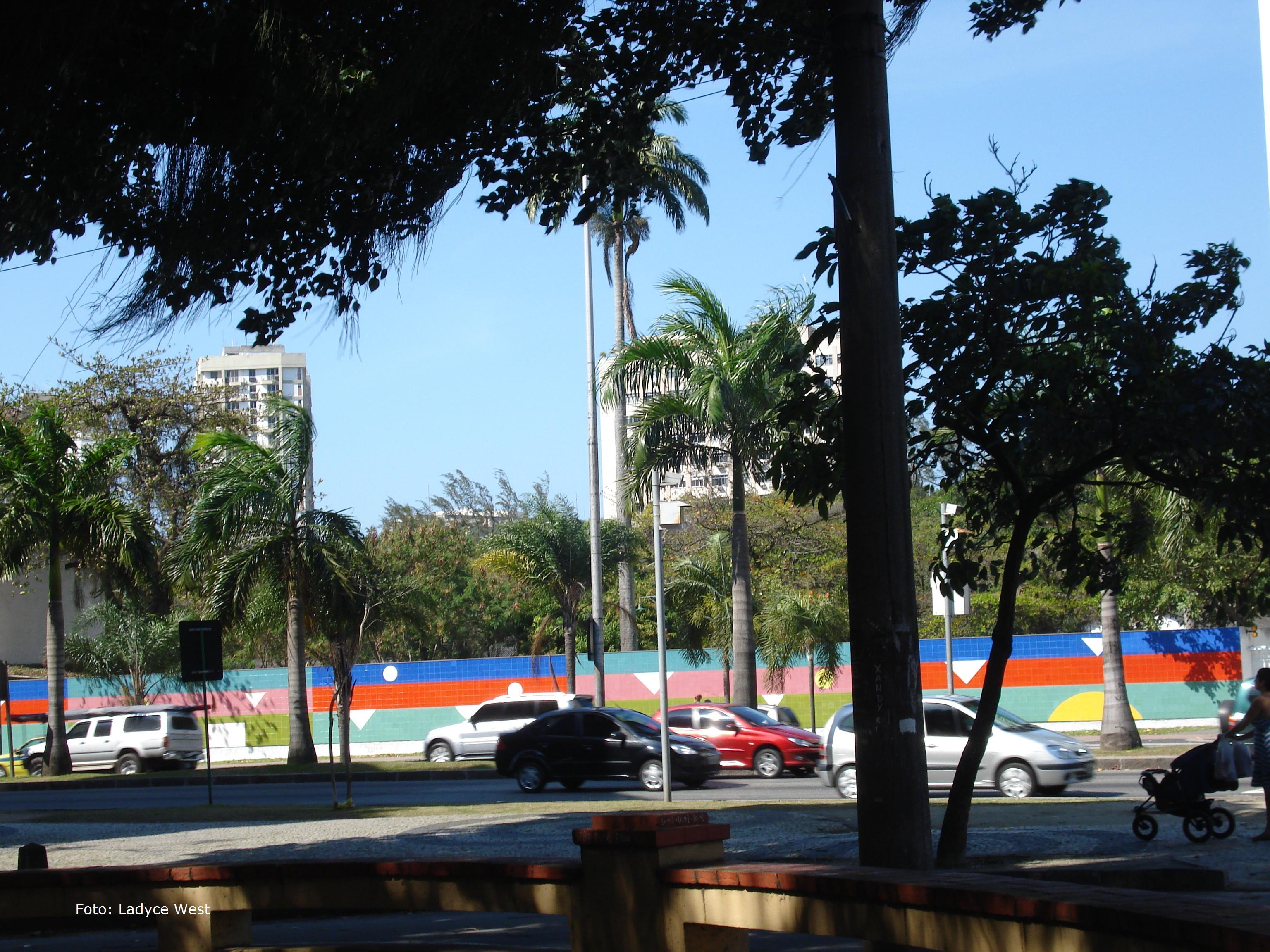 #176EB4 Painel de azulejos 1996 [ vista da Avenida Visconde de Albuquerque] 278 Janelas De Vidro Rio De Janeiro