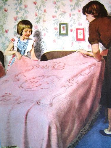 ajudando a fazer a cama