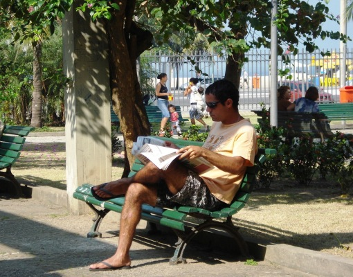 Praça do Lido, brasileiro lendo jornal