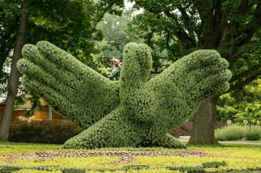 massive-hordicultural-sculptures-in-montreal-designboom-02